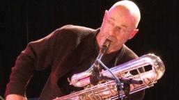 Yves: saxophone basse, ténor & soprano, quena